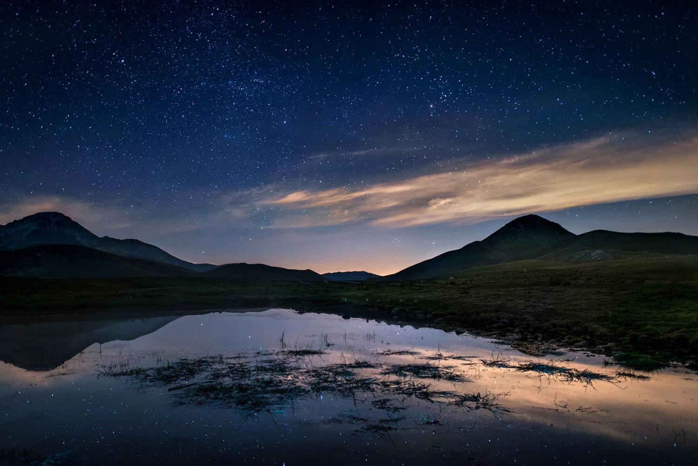 Campo Imperatore nightscape lago di Racollo con cielo stellato